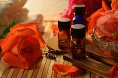 Aceites esenciales y rosas Foto de archivo