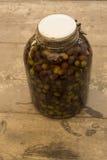 Aceituna en el brin, receta tradicional italiana Aceitunas en vidrio Fotos de archivo libres de regalías