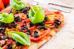 Aceituna hecha en casa - pizza del tomate Foto de archivo libre de regalías