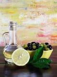 Aceituna, petróleo y limones. Fotografía de archivo libre de regalías