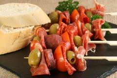 Aceituna y tomate de la carne de los Tapas Imagen de archivo libre de regalías