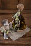 Aceitunas, aceite de oliva y cuchara y bifurcación Fotografía de archivo libre de regalías