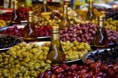 Aceitunas adobadas en mercado callejero Imagen de archivo