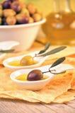 Aceitunas con aceite de oliva virginal adicional Imagenes de archivo