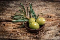Aceitunas con las hojas Foto de archivo libre de regalías