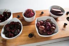 Aceitunas con las rebanadas de las remolachas y diversas frutas en cuencos Imágenes de archivo libres de regalías