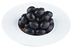 Aceitunas conservadas en vinagre en la placa blanca imagenes de archivo