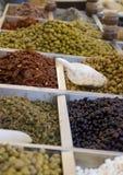 Aceitunas conservadas en vinagre en mercado Imagen de archivo libre de regalías