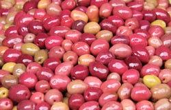 Aceitunas conservadas en vinagre rojas en un mercado marroquí tradicional, Rabat, Moro Imagen de archivo libre de regalías
