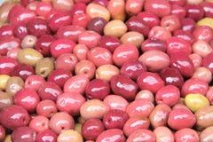 Aceitunas conservadas en vinagre rojas en un mercado marroquí tradicional, Rabat, Moro Foto de archivo