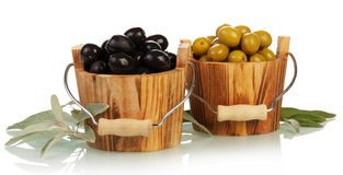 Aceitunas en cuenco de madera Foto de archivo libre de regalías