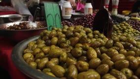 Aceitunas en la exhibición en Carmel Market almacen de metraje de vídeo