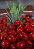 Aceitunas marcadas con hoyos rojo de Cerignola en cierre del aceite para arriba Fotos de archivo libres de regalías