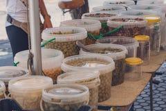 Aceitunas mediterráneas, diversos tipos, en salmuera natural en cubos grandes imagenes de archivo