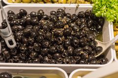 Aceitunas mediterráneas y goma verde oliva en un mercado callejero imagen de archivo libre de regalías