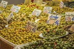 Aceitunas, mercado central de la ciudad de Málaga, España Imagen de archivo libre de regalías