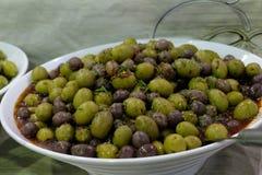 Aceitunas mezcladas griegas en el cuenco blanco fotos de archivo