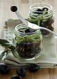 Aceitunas negras en los tarros Foto de archivo libre de regalías