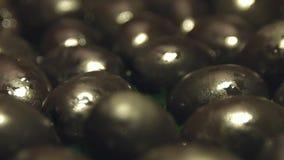 Aceitunas negras en un fondo de madera marrón 2 tiros almacen de video
