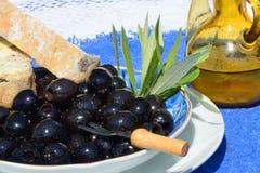 Aceitunas negras, pan y aceite Imagen de archivo libre de regalías