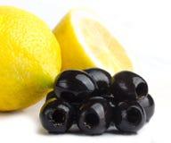 Aceitunas negras y limones frescos Imágenes de archivo libres de regalías