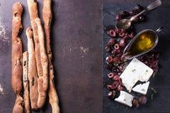 Aceitunas negras y queso feta Imágenes de archivo libres de regalías