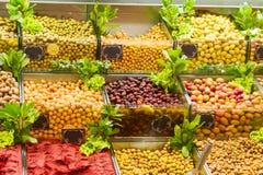 Aceitunas para la venta en el bazar magnífico en Estambul Foto de archivo