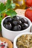 Aceitunas, pesto, verduras frescas y ciabatta, primer Fotos de archivo libres de regalías