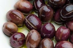 Aceitunas preparadas en aceite y Venegar Foto de archivo libre de regalías