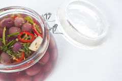 Aceitunas preservativas en tarro Foto de archivo