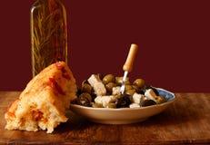 Aceitunas, queso Feta y pan del foccacia Foto de archivo libre de regalías