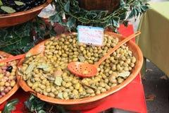 Aceitunas verdes adobadas en un mercado francés Foto de archivo