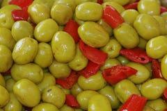 Aceitunas verdes con la pimienta dulce, paprika Imagenes de archivo