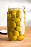 Aceitunas verdes conservadas en vinagre en tarro imagen de archivo