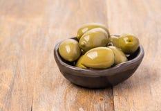 Aceitunas verdes en cuenco verde oliva Foto de archivo libre de regalías