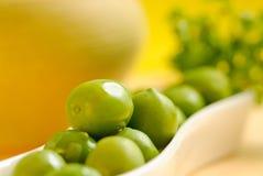 Aceitunas verdes en la placa blanca Foto de archivo libre de regalías