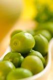 Aceitunas verdes en la placa blanca Imagen de archivo libre de regalías