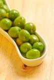 Aceitunas verdes en la placa blanca Fotos de archivo