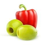 Aceitunas verdes marcadas con hoyos y paprika rojo Fotografía de archivo libre de regalías