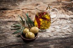 Aceitunas verdes y aceite de oliva con la especia Foto de archivo