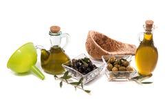 Aceitunas verdes y negras con las botellas del aceite de oliva Imagenes de archivo