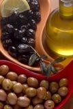 Aceitunas verdes y negras y petróleo Fotos de archivo