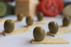 Aceitunas verdes y queso Fotografía de archivo libre de regalías