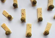 Aceitunas verdes y queso Imágenes de archivo libres de regalías