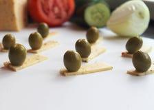 Aceitunas verdes y queso Imagen de archivo libre de regalías
