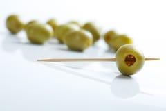 Aceitunas verdes y toothpick foto de archivo