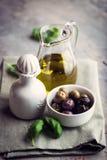 Aceitunas y aceite de oliva adobados Imagen de archivo libre de regalías