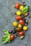 Aceitunas y albahaca de los tomates del fondo de la comida fotografía de archivo libre de regalías