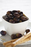 Aceitunas y galletas Fotos de archivo