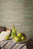 Aceitunas y manzanas Imagenes de archivo